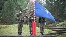 Поднятие флага НАТО. Архивное фото