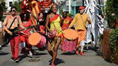 Участники большого испанского карнавала, проходящего в рамках фестиваля Московское варенье. Дары природы