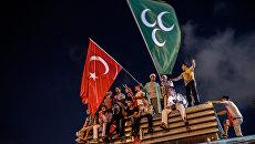 Демонстранты с турецким и османским флагами на площади Таксим в Стамбуле