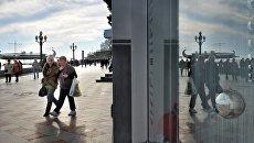 Прохожие на зимней набережной в Крыму. Архивное фото