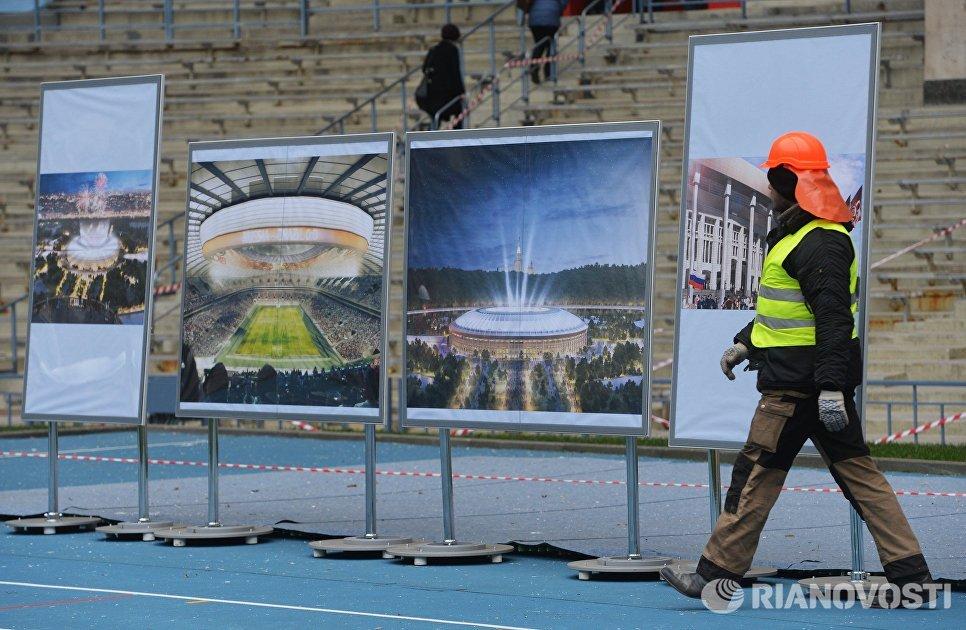 Рабочий на стадионе Лужники, где идет реконструкция к чемпионату мира по футболу 2018