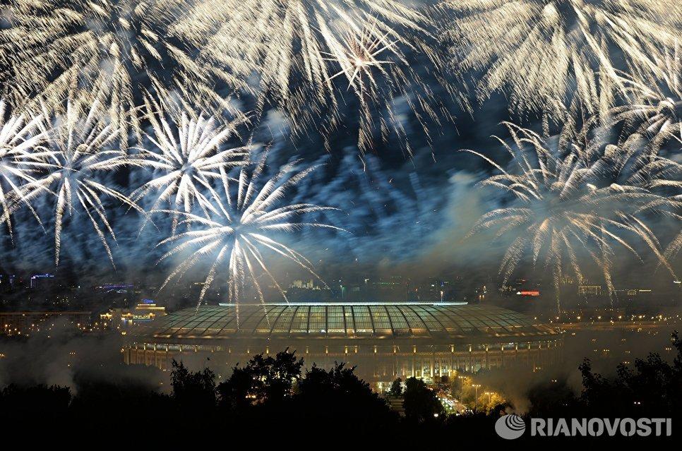Салют над стадионом Лужники во время церемонии открытия XIV чемпионата мира по легкой атлетике в Москве