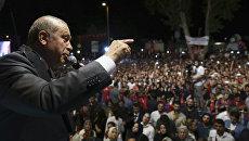 Президент Турции Реджеп Тайип Эрдоган выступает перед своими сторонниками в Стамбуле. 19 июля 2016