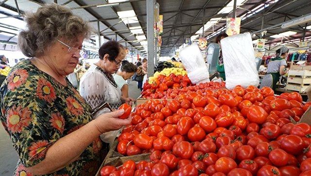 Прилавок с помидорами. Архивное фото