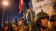 Турецкие военнослужащие во время протеста против военного переворота на площади Таксим в Стамбуле. Архивное фото