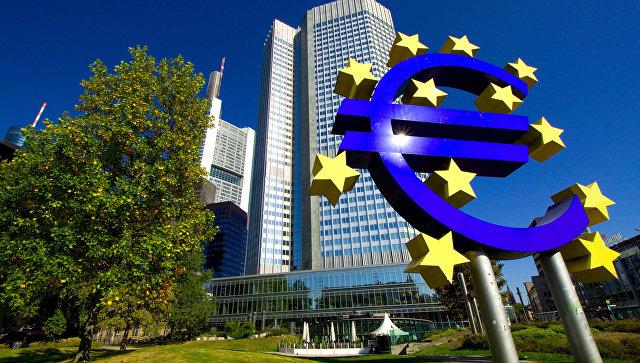 Знак евро перед зданием европейского центробанка во Франкфурте-на-Майне, архивное фото