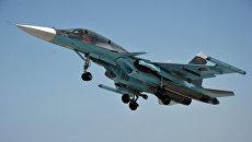 Многофункциональный истребитель-бомбардировщик ВКС РФ Су-34 с модулями РЭБ Хибины на законцовках крыльев взлетает с авиабазы Хмеймим, Сирия
