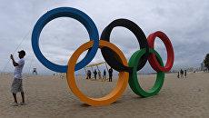 Олимпийские кольца на пляже Копакобана в Рио-де-Жанейро, Бразилия. Архивное фото