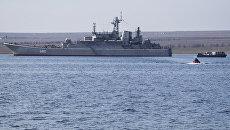 Украинские военные покидают корабль Константин Ольшанский в бухте Донузлав