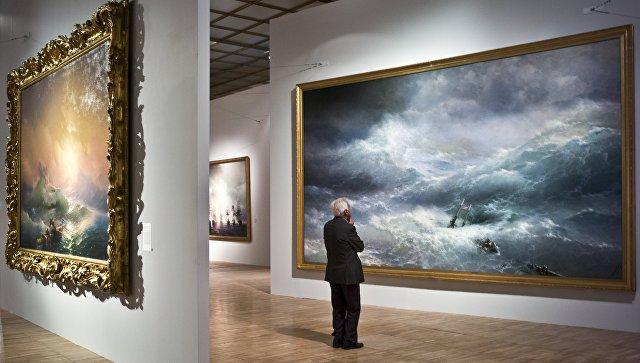 Картины Девятый вал (слева) и Волна Айвазовского, архивное фото