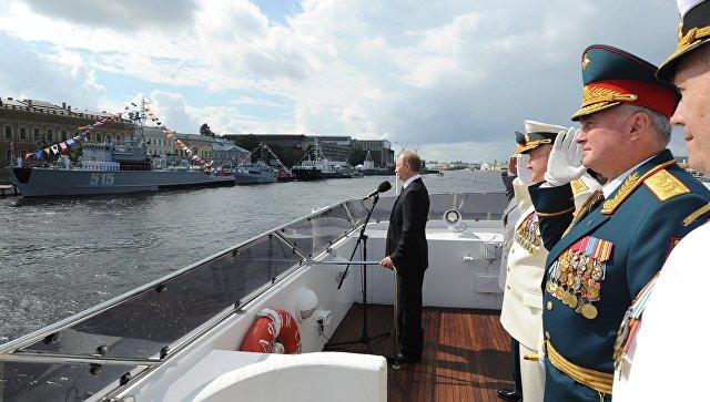Президент России Владимир Путин во время морского парада кораблей на рейде Невы