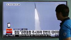 Мужчина смотрит новости в сеульском метро о запуске ракеты среднего радиуса действия в КНДР. Архивное фото