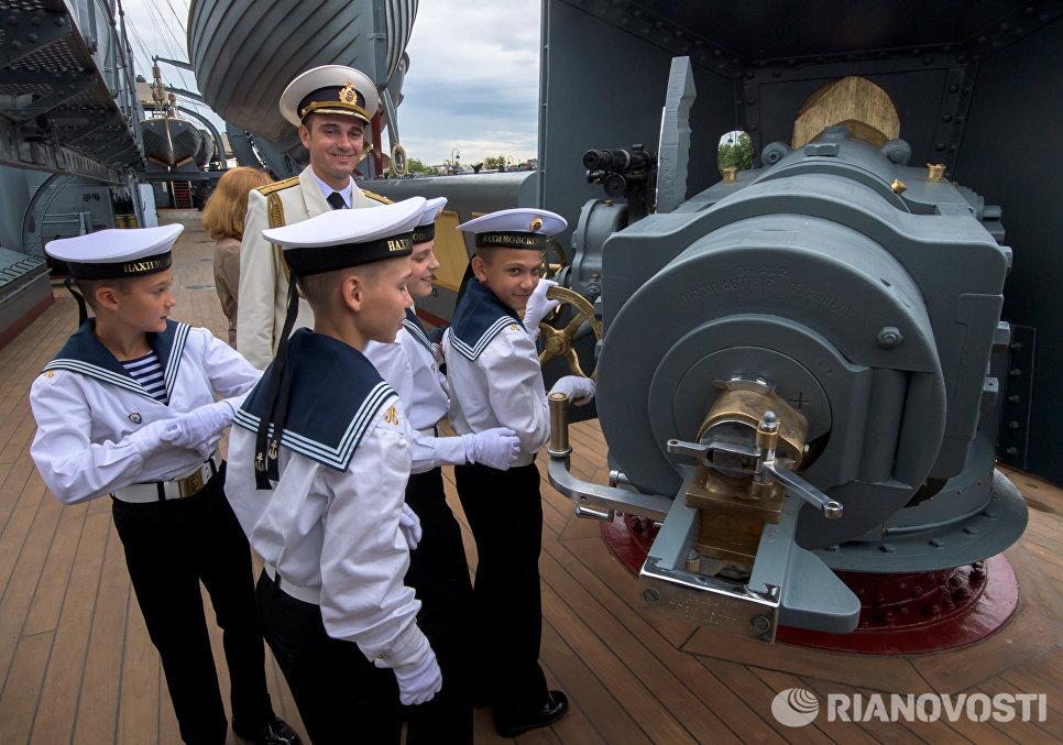 Курсанты Нахимовского училища во время посещения крейсера Аврора, открывшегося после реставрации