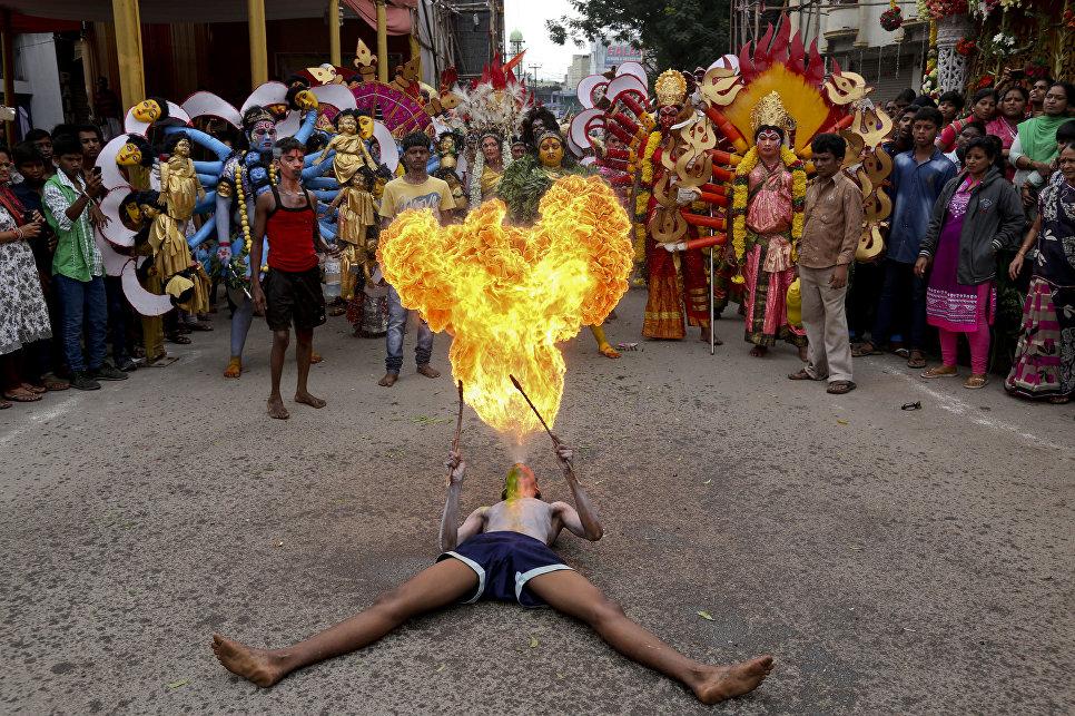 Индийский артист во время фестиваля Bonalu в Хайдарабаде, Индия