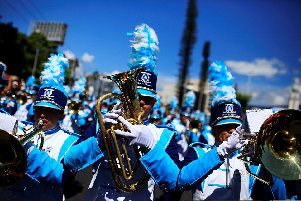 Оркестр во время парада в Сан-Сальвадоре, Сальвадор
