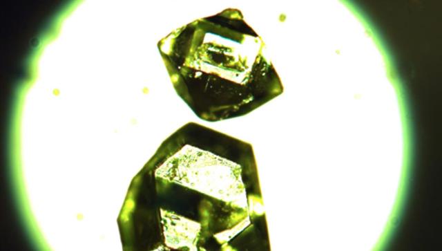 Кристаллы жемчужниковита металл-органического вещества найденного в угольных шахтах Сибири