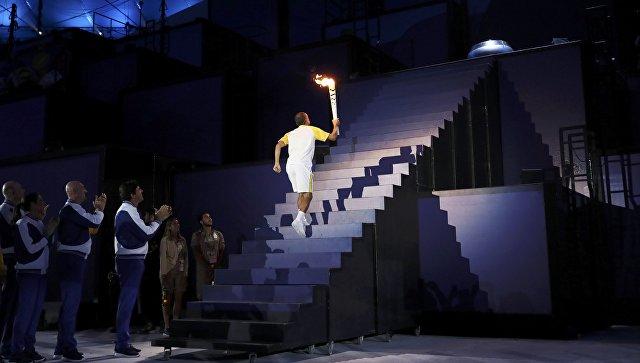 Бронзовый призер Игр 2004 года в Афинах бразильский марафонец Вандерлей Кордейру зажег огонь Олимпийских игр 2016 года на стадионе Маракана в Рио-де-Жанейро