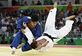 Дзюдоисты Сёхэй Оно (Япония) и Дирк ван Тихелт (Бельгия) во время поединка в весовой категории до 73 кг на Олимпийских играх в Рио-де-Жанейро