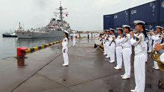 Американский эсминец USS Benfold в порту китайского города Циндао. 8 августа 2016