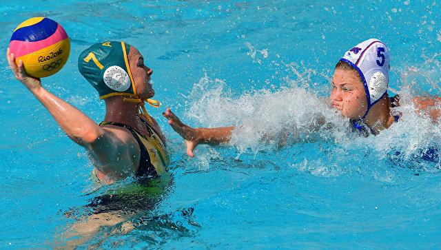 Игрок сборной Австралии Ровена Уэбстер (слева) и игрок сборной России Мария Борисова в матче группы А соревнований по водному поло среди женщин между сборными командами России и Австралии на XXXI летних Олимпийских играх