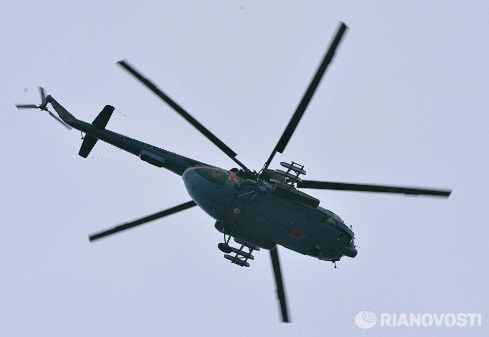 Вертолет Ми-8 во время военных учений мотострелковых войск 58-й общевойсковой армии ЮВО на полигоне Серноводский