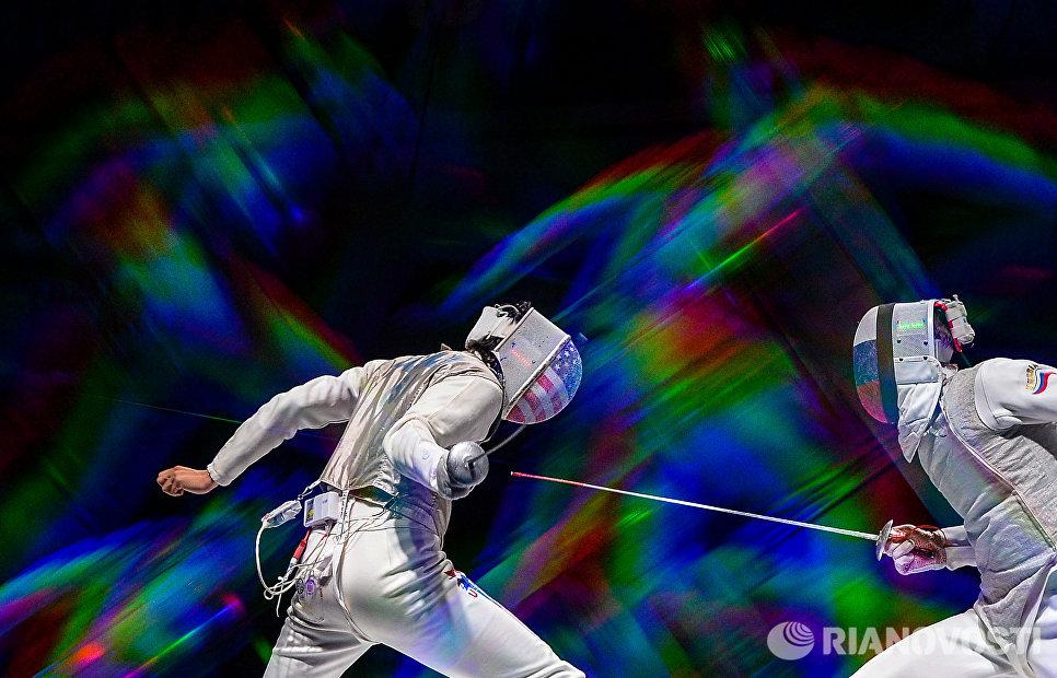 Слева направо: Александр Массиалас (США) и Артур Ахматхузин (Россия) в полуфинальном поединке на соревнованиях среди мужчин по фехтованию на рапирах на чемпионате мира в Москве