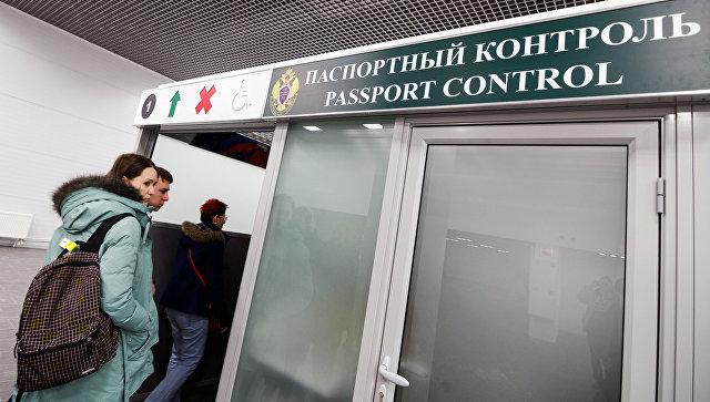 Пассажиры проходят паспортный контроль. Архивное фото