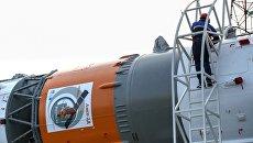 Ракета-носитель Союз-2.1а с космическими аппаратом Аист-2Д во время установки на стартовую площадку космодрома Восточный. Архивное фото