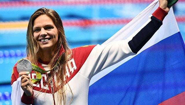 Юлия Ефимова (Россия), завоевавшая серебряную медаль в плавании на 200 м брассом среди женщин, на церемонии награждения XXXI летних Олимпийских игр