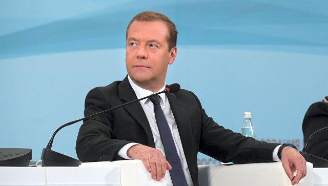 Медведев назвал «весьма приличной» ситуацию сзарплатами учителей