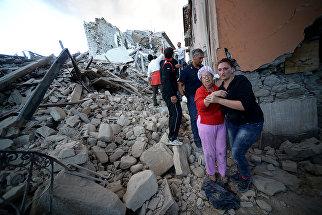 Люди в пострадавшем от землетрясения итальянском Аматриче. 24 августа 2016