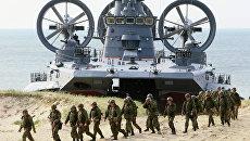 Малый десантный корабль на воздушной подушке (МДКВП) Мордовия и военнослужащие береговых войск на полигоне Балтийского флота в Калининградской области