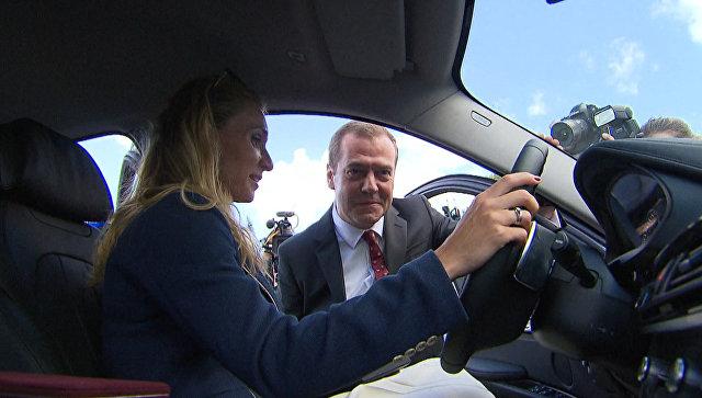 Медведев вручил призерам ОИ-2016 ключи от машин и вместе с ними осмотрел подарки