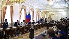 Председатель правительства РФ Дмитрий Медведев на форуме Развитие высшего образования в Санкт-Петербурге.
