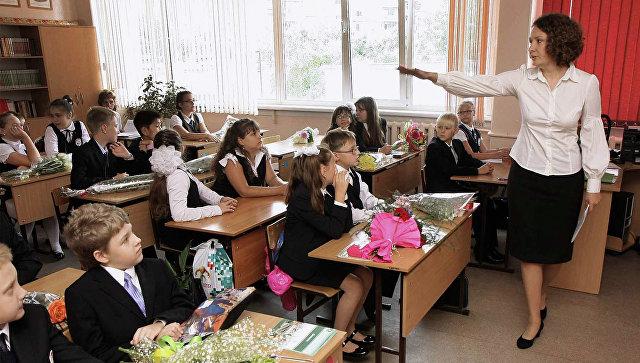 Практически половина граждан России недовольна зарплатами учителей