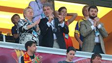 Бывший президент Украины Виктор Ющенко (в центре) на трибуне во время полуфинального матча по футболу ЕВРО - 2012