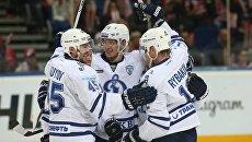Игроки Динамо радуются победе в матче регулярного чемпионата КХЛ против ХК Локомотив