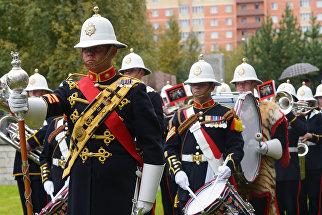 Участники Духового оркестра морской пехоты королевских военно-морских сил Великобритании выступают во время возложения венков и цветов к мемориалу на Британском воинском захоронении Вологодского кладбища в Архангельске
