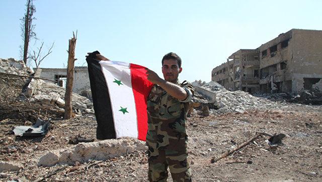 Сирийский солдат в Алеппо после освобождения военных училищ
