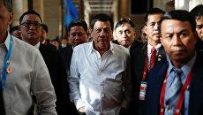 Президент Филиппин Родриго Дутерте прогуливается во время саммита АСЕАН в столице Лаоса Вьентьяне