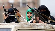Вооруженные женщины из отрядов хути на грузовике во время демонстрации в поддержку движения в Сане, Йемен. Сентябрь 2016