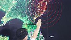 Специалист отдела мониторинга сейсмической активности Южной Кореи на брифинге в Сеуле. Архивное фото