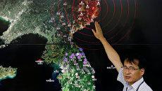 Специалист отдела мониторинга сейсмической активности Южной Кореи на брифинге в Сеуле
