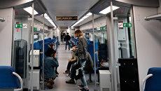 Пассажиры в салоне электропоезда Московского центрального кольца в Москве. Архивное фото