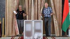 Избиратели голосуют на участке №509 в Минске во время парламентских выборов в Белоруссии