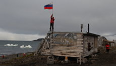 Сотрудники консервируют полярную станцию на зимний период в бухте Тихая на острове Гукера архипелага Земля Франца-Иосифа