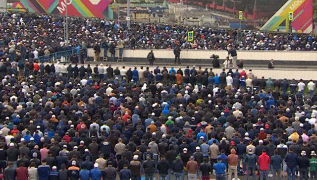 Тысячи мусульман помолились в честь Курбан-байрама у соборной мечети Москвы