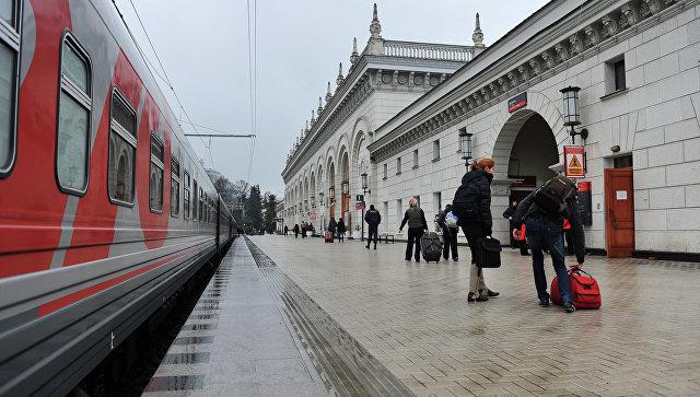 Пассажиры на перроне вокзала. Архивное фото