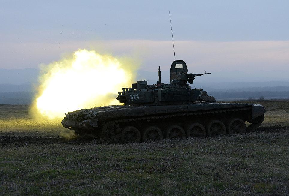 Танк Т-72Б3 17-й отдельной мотострелковой бригады 58-й армии на огневом рубеже во время соревнований по танковому биатлону