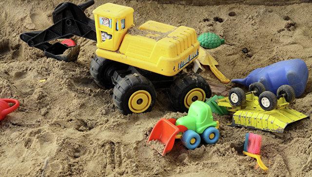 Игрушки в песочнице. Архивное фото
